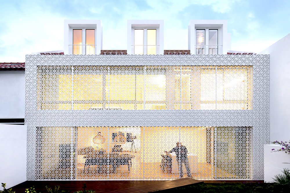 Restelo III House Features Lovely Patterned White Screen